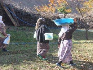 Suları olmayan köylüler su ihtiyaçlarını nehirden karşılıyor