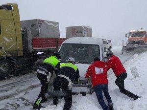 Karda mahsur kalanlara Kızılay ekibi yetişti