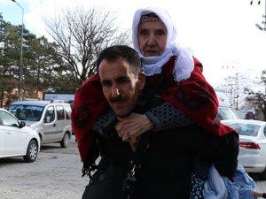 Vefalı evlat 17 yıldır annesini sırtında taşıyor