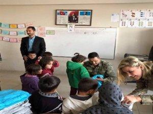 Mehmetçik'ten öğrencilere kıyafet yardımı