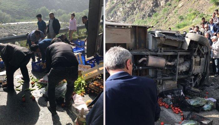 Yüksekova'da sebze yüklü kamyon devrildi