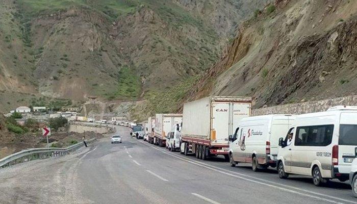 Yeniköprü'de yüzlerce araçlık arama kuyruğu