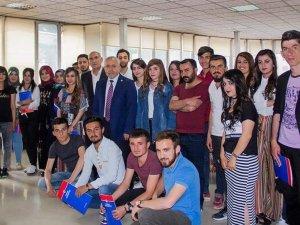 Hakkari!de Üniversite Öğrencilerine Başarı Belgesi Verildi