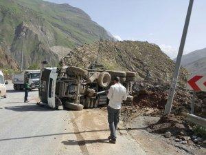 Kaza yapan kamyon yol ortasında bırakıldı