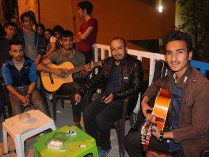Gençlerden Ramazan ayına özel mini konser