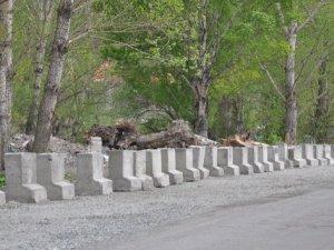 Belediye'den hafriyat dökümüne beton bariyerli engel