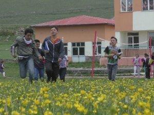 Açık havada çiçekler içerisinde ders keyfi