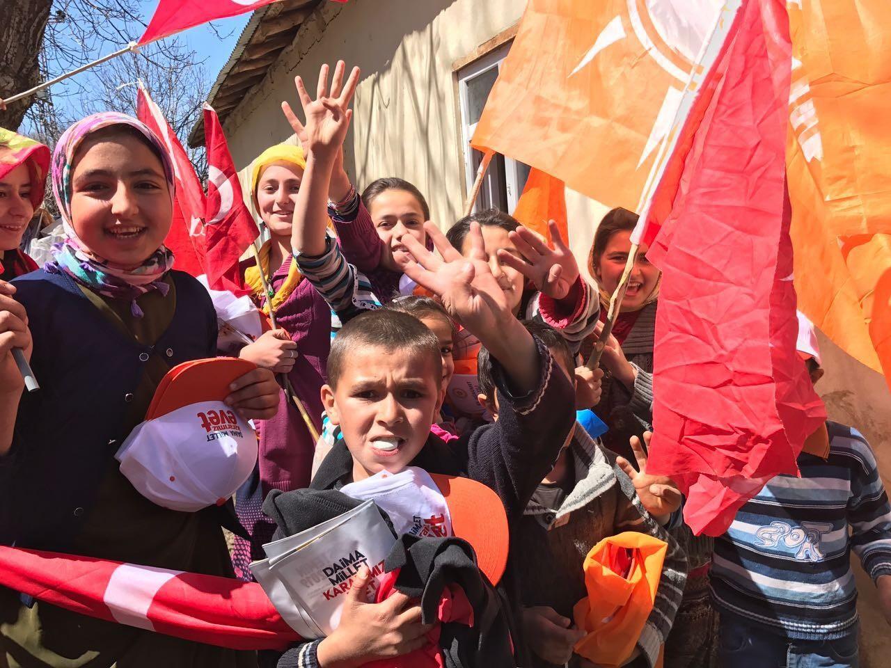 Özbek ve Algül sınırda Türk bayrakları ile karşılandı