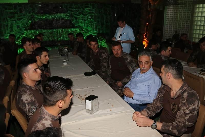 Hakkari Valisi Cüneyit Orhan Toprak Özel Harekat Polisleri İle İftar Yaptı