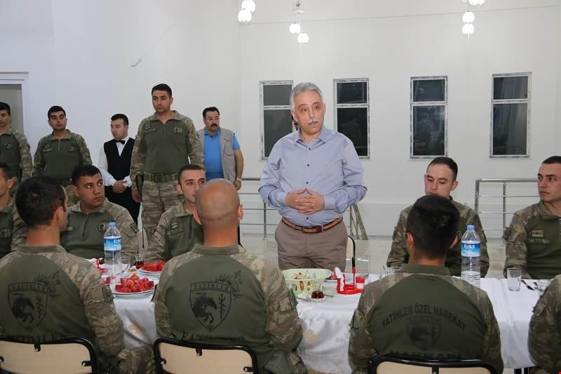 Vali Toprak, Askeri personelle İftar Yaptı