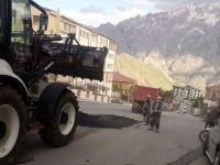 Hakkari'de deforme yollarda çalışma sürüyor